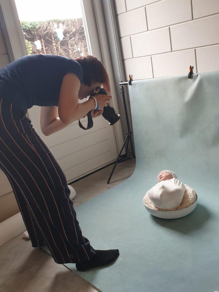 Neem een kijkje op mijn newborn portfolio voor een passende herinnering! Newbornfotografie regio Eindhoven. Newbornshoot, fotografie met props, geposeerd.