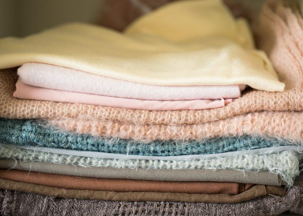 een foto van mijn wraps en doeken in allerlei verschillende kleuren en materialen tijdens de shoot