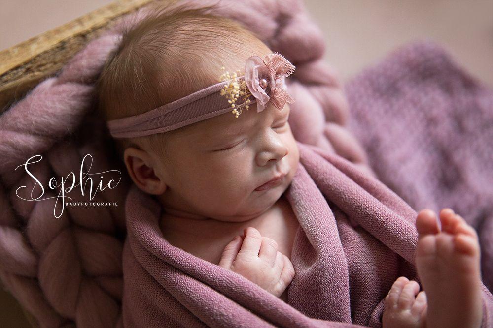 een foto van een meisje in het roze aan het slapen tijdens een newbornshoot op locatie