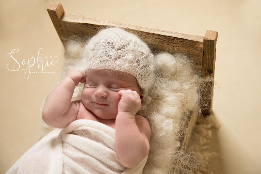 een foto van een echte glimlach tijdens een newbornshoot