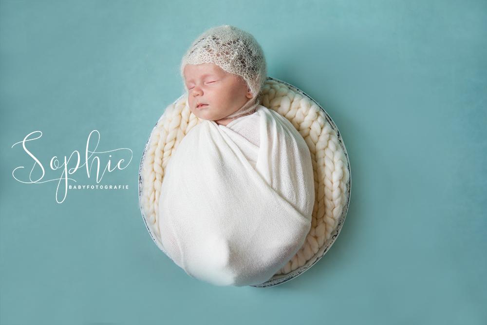 een foto van een newborn die slaapt tijdens een newbornshoot