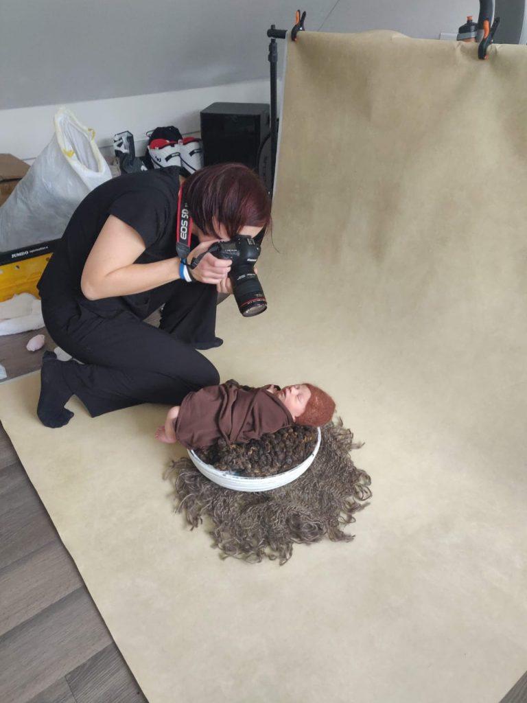 een foto van mij aan het werk tijdens een newbornshoot