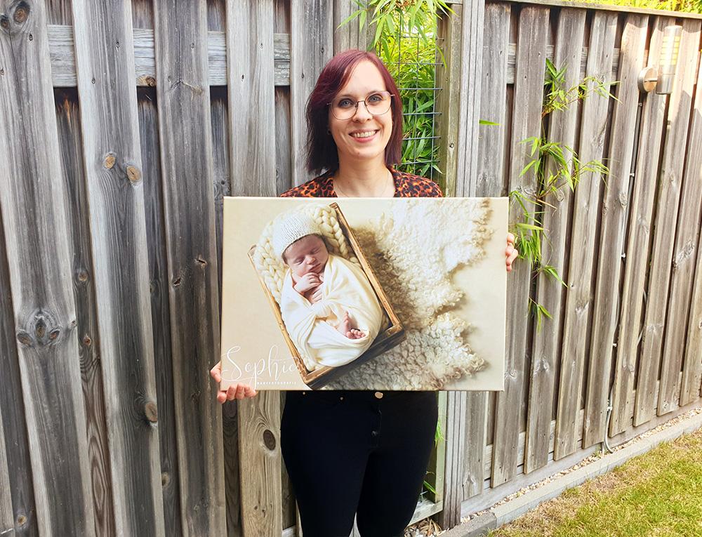 Een foto van mij met een voorbeeld newborn foto op een canvas van 40 bij 60