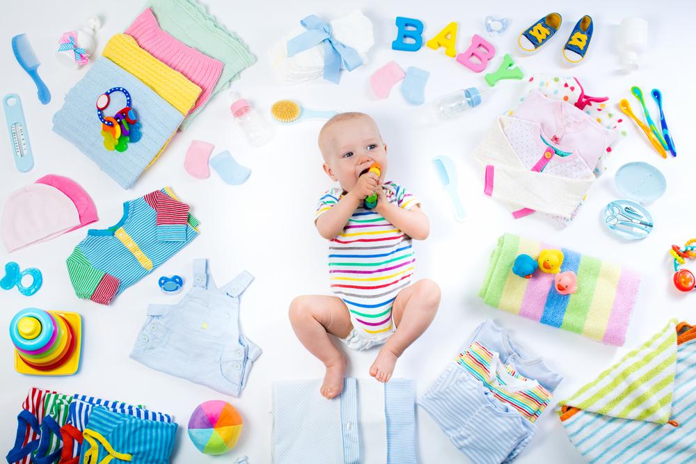 een foto van een baby te midden van de babyuitzet