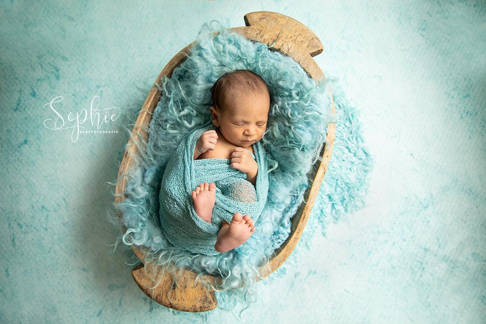 een newborn in het blauw tijdens een newbornshoot in Eindhoven