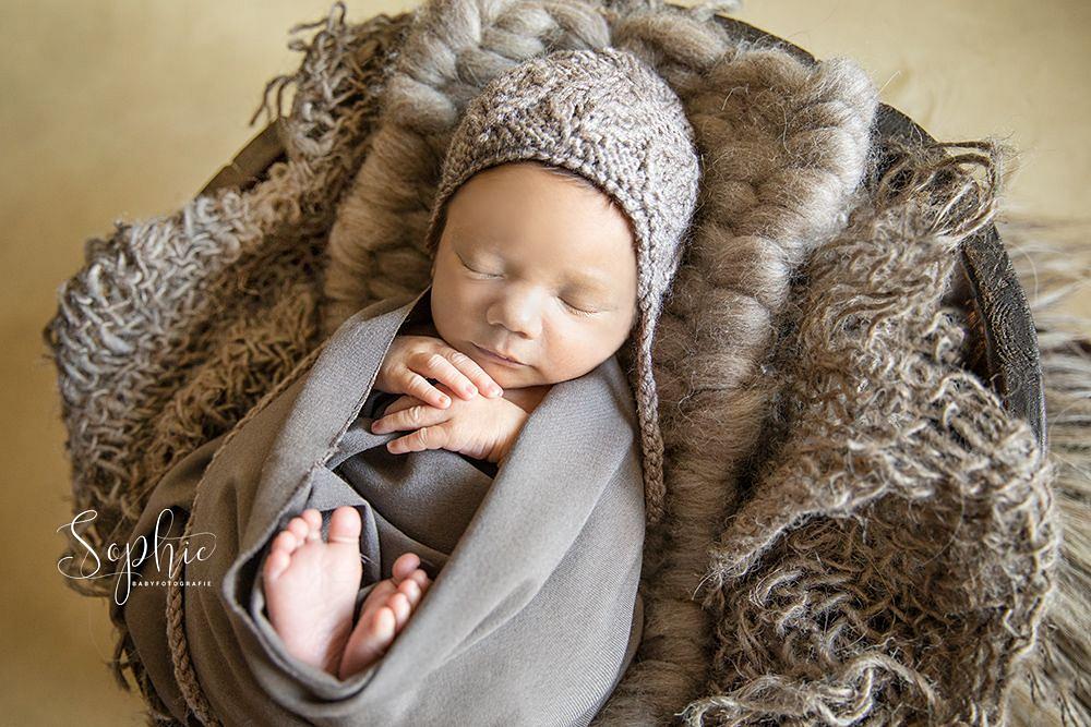 een newborn in het bruin tijdens een newbornshoot in Eindhoven