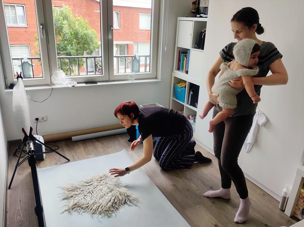 sophie aan het werk tijdens een babyshoot op locatie in eindhoven