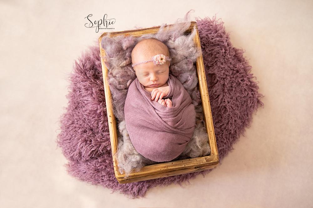 een newborn in het roze tijdens een newbornshoot in eindhoven