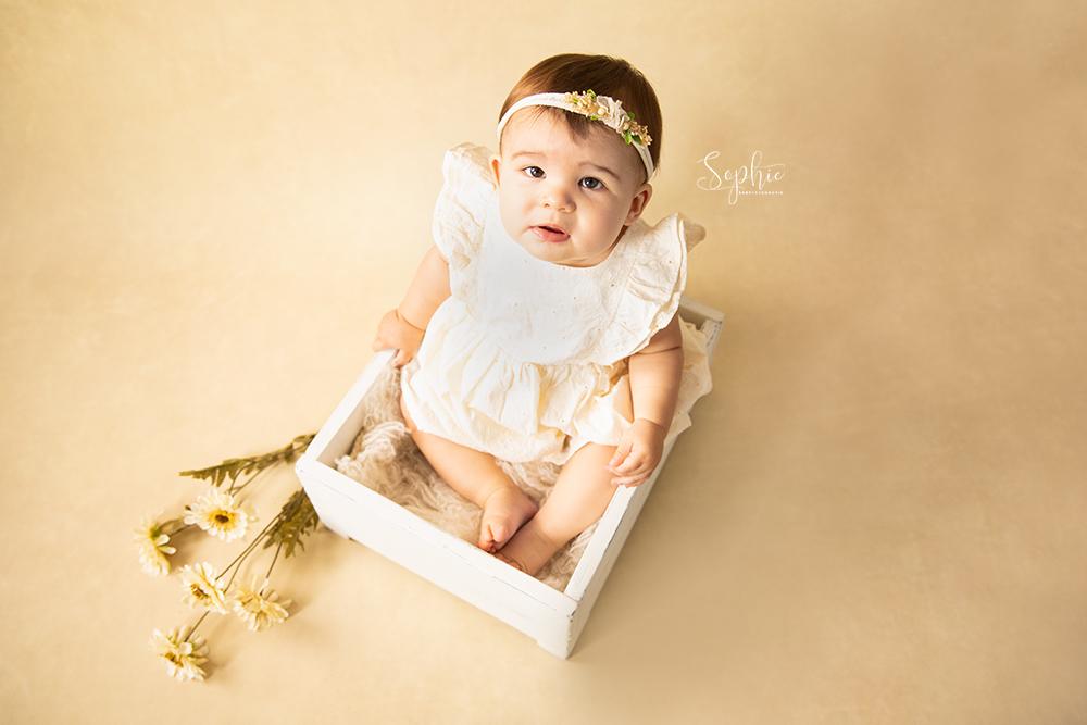 een baby meisje in het roze tijdens een babyshoot in best
